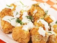 Вкусни хрупкави печени картофени кюфтенца с магданоз на фурна, панирани в галета и яйца, поднесени с млечен чеснов сос (без лук, без пържене)